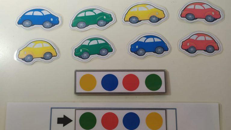 Coloca los coches según el color y la orientación.